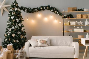 https://cf.ltkcdn.net/christmas/images/slide/275779-850x566-christmas-tree-ideas-airy.jpg