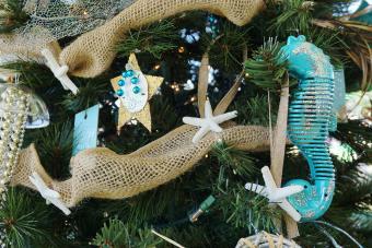 https://cf.ltkcdn.net/christmas/images/slide/275787-850x566-christmas-tree-ideas-july.jpg