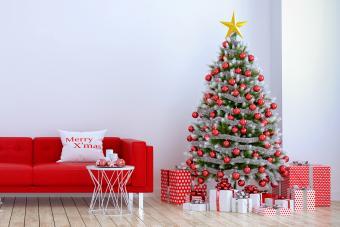 https://cf.ltkcdn.net/christmas/images/slide/275788-850x566-christmas-tree-ideas-classic.jpg