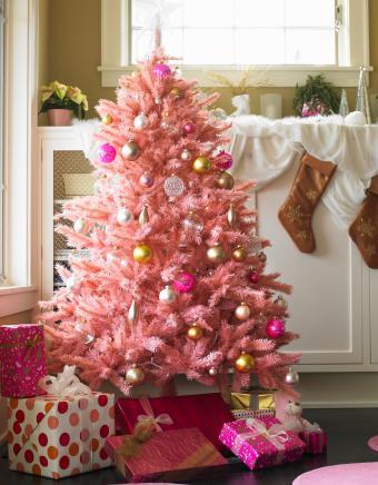 https://cf.ltkcdn.net/christmas/images/slide/275792-662x850-christmas-tree-ideas-pink.jpg