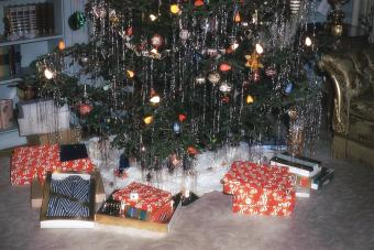 https://cf.ltkcdn.net/christmas/images/slide/275793-850x566-christmas-tree-ideas-retro.jpg