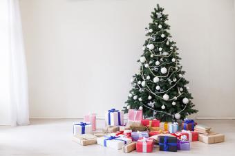 https://cf.ltkcdn.net/christmas/images/slide/275799-850x566-christmas-tree-ideas-monochrome.jpg