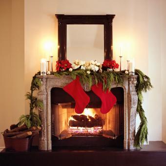https://cf.ltkcdn.net/christmas/images/slide/276001-850x850-christmas-fireplace.jpg