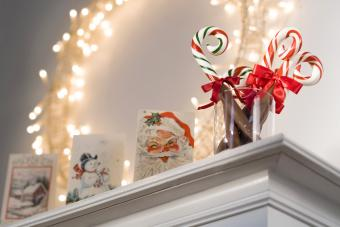 https://cf.ltkcdn.net/christmas/images/slide/276007-850x567-candy-cane-and-postcards.jpg