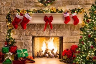 https://cf.ltkcdn.net/christmas/images/slide/276008-850x566-fireplace-and-presents.jpg