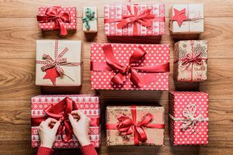 https://cf.ltkcdn.net/christmas/images/slide/276058-850x566-clever-simple-diy-christmas-gift-wrap.jpg
