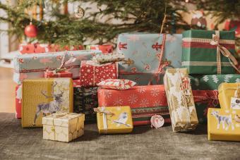https://cf.ltkcdn.net/christmas/images/slide/276060-850x566-wildlife-gift-wrap.jpg