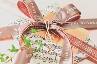 https://cf.ltkcdn.net/christmas/images/slide/276063-850x566-sheet-music-wrapping-paper.jpg