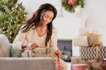 https://cf.ltkcdn.net/christmas/images/slide/276064-850x566-masterfully-wrapped-gifts.jpg