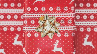 Wrapped gift Christmas wallpaper - desktop