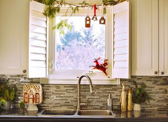 https://cf.ltkcdn.net/christmas/images/slide/276640-850x618-kitchen-christmas.jpg