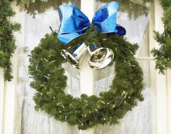 https://cf.ltkcdn.net/christmas/images/slide/276641-850x667-wreath-with-bells.jpg