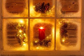 https://cf.ltkcdn.net/christmas/images/slide/276642-850x567-christmas-window.jpg