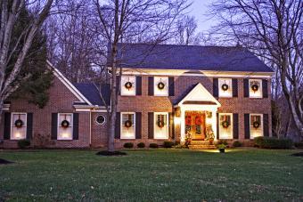 https://cf.ltkcdn.net/christmas/images/slide/276643-850x567-christmas-house.jpg