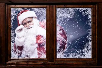 https://cf.ltkcdn.net/christmas/images/slide/276647-850x567-santa-at-window.jpg