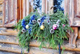 https://cf.ltkcdn.net/christmas/images/slide/276648-850x567-christmas-decorations.jpg