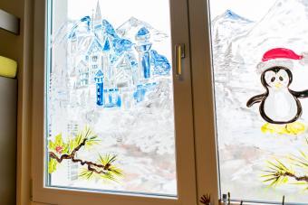 https://cf.ltkcdn.net/christmas/images/slide/276649-850x566-christmas-painted-window.jpg