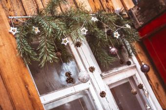 https://cf.ltkcdn.net/christmas/images/slide/276658-850x567-window-decoration.jpg