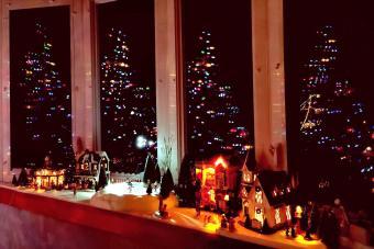 https://cf.ltkcdn.net/christmas/images/slide/276661-850x567-christmas-village.jpg