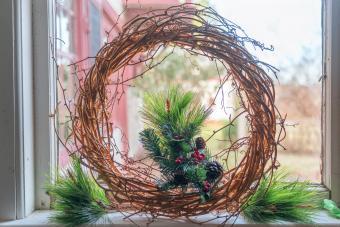 https://cf.ltkcdn.net/christmas/images/slide/276663-850x567-wreath-against-window.jpg