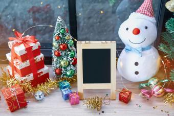 https://cf.ltkcdn.net/christmas/images/slide/276666-850x567-christmas-decoration-on-table.jpg