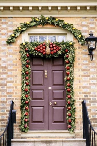 https://cf.ltkcdn.net/christmas/images/slide/276789-567x850-door-with-holiday-decorations.jpg