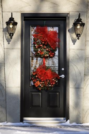 https://cf.ltkcdn.net/christmas/images/slide/276791-567x850-christmas-decorations-in-winter.jpg