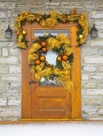 https://cf.ltkcdn.net/christmas/images/slide/276792-644x850-yellow-christmas-decorations.jpg