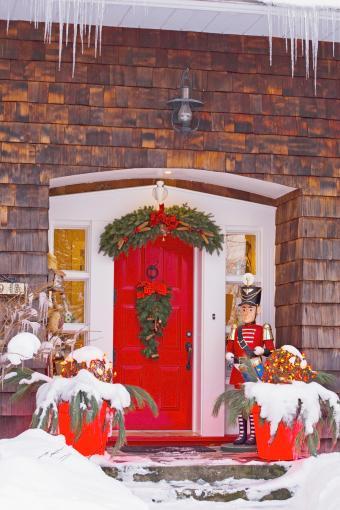 https://cf.ltkcdn.net/christmas/images/slide/276793-567x850-christmas-decorations-front-door.jpg