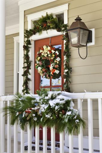 https://cf.ltkcdn.net/christmas/images/slide/276794-567x850-snow-on-porch.jpg