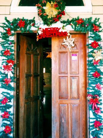 https://cf.ltkcdn.net/christmas/images/slide/276795-638x850-merry-christmas-door.jpg