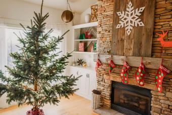 https://cf.ltkcdn.net/christmas/images/slide/276891-850x566-decorate-your-fireplace-christmas-1.jpg