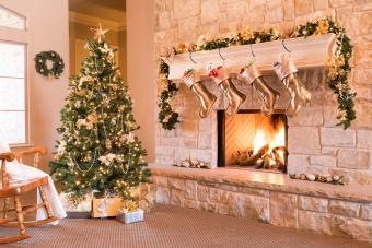 https://cf.ltkcdn.net/christmas/images/slide/276893-850x566-decorate-your-fireplace-christmas-3.jpg