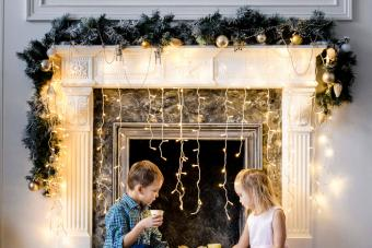 https://cf.ltkcdn.net/christmas/images/slide/276895-850x566-decorate-your-fireplace-christmas-5.jpg