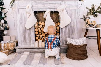 https://cf.ltkcdn.net/christmas/images/slide/276897-850x566-decorate-your-fireplace-christmas-7.jpg