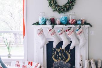 https://cf.ltkcdn.net/christmas/images/slide/276898-850x566-decorate-your-fireplace-christmas-8.jpg