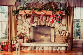 https://cf.ltkcdn.net/christmas/images/slide/276899-850x566-decorate-your-fireplace-christmas-9.jpg