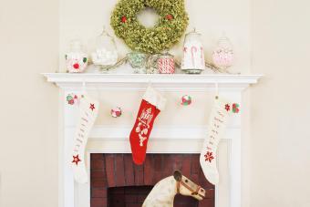 https://cf.ltkcdn.net/christmas/images/slide/276900-850x566-decorate-your-fireplace-christmas-10.jpg