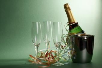 https://cf.ltkcdn.net/christmas/images/slide/50236-637x424r1-Champagne-and-Glasses.jpg