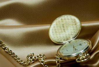 https://cf.ltkcdn.net/christmas/images/slide/812-600x410-Engraved-Pocketwatch-or-Ring.jpg