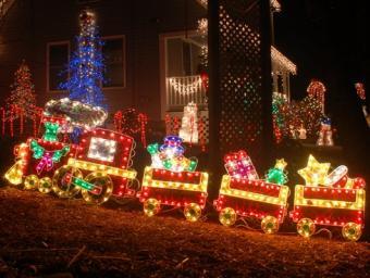 https://cf.ltkcdn.net/christmas/images/slide/971-531x400-lawn12.jpg