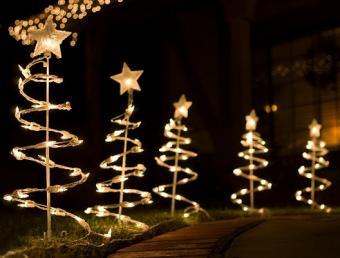 https://cf.ltkcdn.net/christmas/images/slide/979-528x400-lawn3.jpg