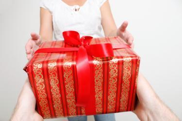 Giving a Christmas gift; © Lasse Kristensen | Dreamstime.com