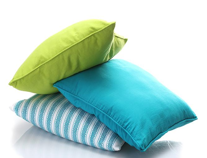 https://cf.ltkcdn.net/cleaning/images/slide/199422-668x510-Bright-throw-pillows.jpg
