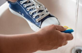 How to Wash Tennis Shoes by Hand and in the Washing Machine