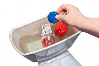 Cleaning toilet tank