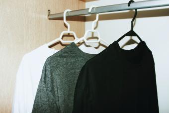 https://cf.ltkcdn.net/cleaning/images/slide/278577-850x567-shirts-in-closet.jpg