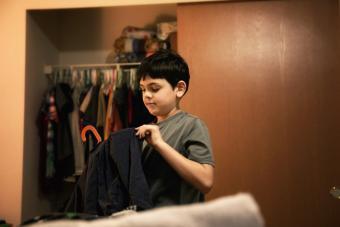 https://cf.ltkcdn.net/cleaning/images/slide/278602-850x567-boy-putting-his-clothes-away.jpg