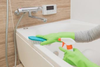 Cleaning bathroom tub