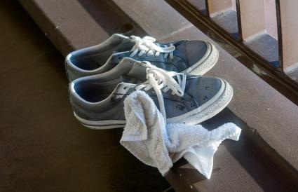 Cleaning dirty trainers